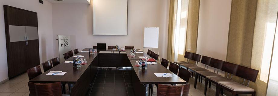 <span class='title'>Konferenciaterem</span><span class='text'>55 fős belvárosi konferenciaterem üzleti események és programok számára<br></span>